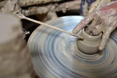 Escultor y cerámica. Imágenes de archivo libres de regalías