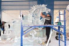 Escultores del hielo en el trabajo Foto de archivo libre de regalías