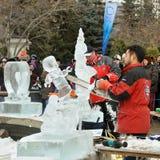 Escultores do gelo no trabalho Imagens de Stock