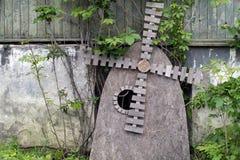 Escultura abstracta del molino de viento hecha de conglomerado imagenes de archivo