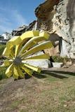 Escultura amarilla por la playa de Bondi del mar Fotos de archivo libres de regalías