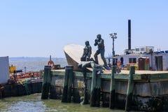Escultura americana de Marines Memorial del comerciante en el embarcadero A de la ciudad en parque de batería imagen de archivo libre de regalías