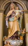 Escultura antiga da Virgem Maria com Jesus e anjos Estátua do vintage da mãe do bebê do deus e do Jesus Christ fotos de stock