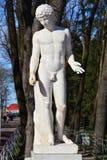 Escultura antiga em Peterhof, St Petersburg, Rússia Foto de Stock
