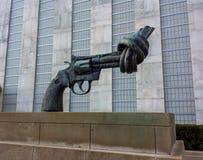 Escultura anudada del arma de Carl Fredrik Reuterswärd en los Naciones Unidas Fotos de archivo