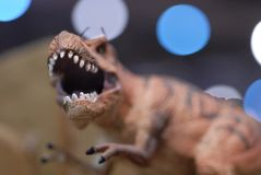 Escultura ascendente cercana del dinosaurio foto de archivo