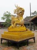 Escultura asiática del amarillo del dragón Fotografía de archivo