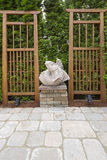 Escultura asiática dos peixes de Koi no quintal do jardim Foto de Stock Royalty Free