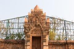 escultura asiática en la puerta de entrada foto de archivo