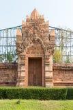 escultura asiática en la puerta de entrada fotos de archivo