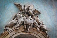 Escultura bajo la forma de palomas Imagen de archivo libre de regalías
