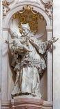 Escultura barroca de San Juan el Nepomuk en el cubo del claustro de Premonstratesian de Johann Anton Krauss (1728 - 1795) en Jasov fotografía de archivo
