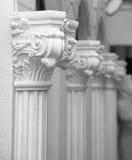 Escultura blanca del yeso de una fila de columnas adornadas en una pared del albañil Foto de archivo libre de regalías