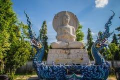 Escultura blanca hermosa de Buda fuera de la iglesia en Wat Rong Sua Ten, ChiangRai, Tailandia Estatua blanca al aire libre de Bu Fotos de archivo libres de regalías