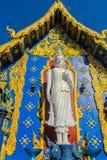 Escultura blanca hermosa de Buda fuera de la iglesia en Wat Rong Sua Ten, ChiangRai, Tailandia Estatua blanca al aire libre de Bu Fotografía de archivo libre de regalías