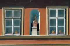Escultura bonita de uma mulher entre janelas Imagem de Stock Royalty Free