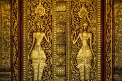 Escultura budista dourada da porta imagens de stock