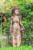Escultura camboyana antigua de la mujer del estilo en jardín tailandés Imagen de archivo