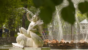 Escultura cerca de la fuente del Sun Peterhof