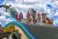 Escultura china hermosa de los dragones en el templo chino de Anek Kusala Sala Viharn Sien en Pattaya, fotografía de archivo