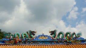 Escultura colorida religiosa del dragón Capilla en estilo tradicional chino adornada con los ornamentos