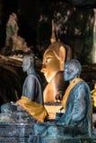 Escultura com seus seguidores na caverna, Tailândia da Buda do ouro fotos de stock royalty free