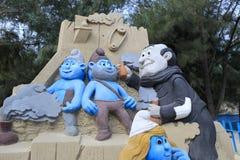 A escultura da areia dos smurfs Fotos de Stock