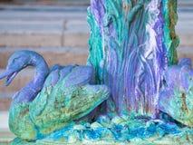 Escultura da cisne em uma fonte no parque imagem de stock royalty free