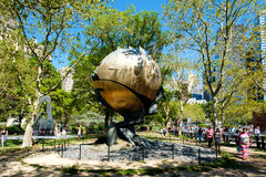 A escultura da esfera, danificada durante os ataques do 11 de setembro em New York Fotografia de Stock Royalty Free