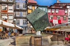 Escultura da fonte perto do rio Douro fotos de stock