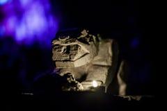Escultura da gárgula na noite imagem de stock