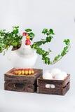 Escultura da galinha perto dos bio ovos na caixa Fotografia de Stock Royalty Free