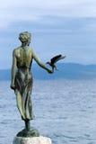 Escultura da mulher e da gaivota Fotos de Stock Royalty Free