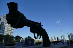 Escultura da não-violência em matrizes de United Nations em New York Imagens de Stock