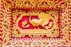 Escultura da parede do pavão no templo tailandês Fotos de Stock Royalty Free