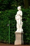 Escultura da sibila europeia antiga no jardim do verão imagens de stock