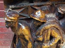 Escultura, Dali Theatre-Museum, Figueras Pequeñas estatuas de bronce de trabajadores Fotografía de archivo