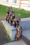 Escultura das lebres que ajudam seu amigo no território da fortaleza de Peter e de Paul Imagem de Stock Royalty Free