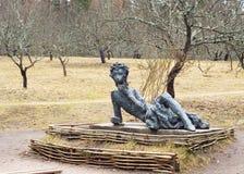 Escultura de Alexander Pushkin joven en Mikhaylovskoye Fotos de archivo libres de regalías