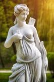 Escultura de Artemis Estátua de um caçador fêmea com uma curva e uma seta foto de stock