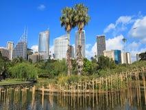 Escultura de bambú en parque con el horizonte de Sydney Foto de archivo libre de regalías