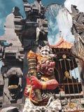Escultura de Barong, deus do hinduism, na frente do templo do balinese em Bali fotos de stock royalty free