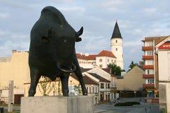 Escultura de bronce de un bisonte en Prerov foto de archivo