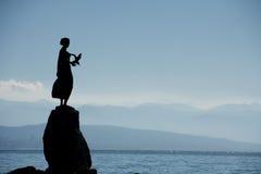 Escultura de bronze da donzela com gaivota, Opatija Fotografia de Stock Royalty Free