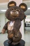 Escultura de bronze da mascote do urso do russo dos Jogos Olímpicos 1980 de Moscou os Olympics de verão XXII Rússia, Moscovo foto de stock royalty free