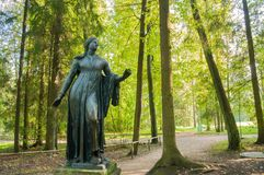 Escultura de bronze da morte de Niobida de uma seta de Artemida Pavlovsk, St Petersburg, Rússia foto de stock royalty free