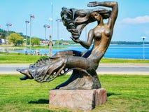 Escultura de bronze da mulher no mar Báltico Curonian do recurso de Nida foto de stock royalty free
