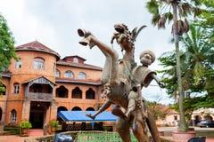 Escultura de bronze do bamileke tradicional do cavalo na frente do palácio real no batoufam dentro na região ocidental de Repúbli fotos de stock royalty free