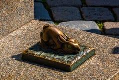 Escultura de bronze do coelho em Nuremberg, Alemanha Fotografia de Stock
