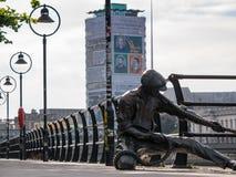 Escultura de bronze do trabalhador de doca em Dublin, Irlanda - lineman foto de stock